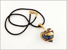 """""""Bari"""" Des rubans de feuille d'or et de verre rouge carmin sur un fond bleu lapis pour ce magnifique pendentif coeur."""