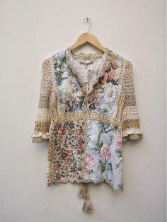 Sweater y sacos tejidos de Paula y Agustina Ricci, combinados con tela estampada, puntillas, lana e hilo de diferente...