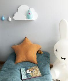 Urocza półeczka w kształcie podwójnej chmurki. Wykonana ręcznie ze sklejki i drewna. Malowana farbami bezpiecznymi dla dzieci. Dowolne kolory: biel, mięta, niebieski, różowy, żółty, turkus jasny i ciemny,szary. Wymiar: 40x24x10cm Napisz w uwagach w zamówieniu jaki kolor wybierasz