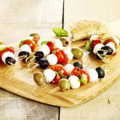 Italiaans tomaat-mozzarellaprikkertje Party Platters, Weird Food, Appetisers, Antipasto, Italian Recipes, Brunch, Catering, Food And Drink, Healthy Recipes