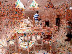 草間彌生プロデュース!真っ白なお部屋に子供たちがシールをペタペタしたら…めちゃくちゃアーティスティックになりました!