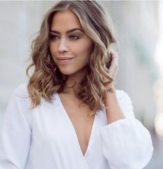 A lovely curly and soft lob. I adore the cut and the colour! So fresh and chic!