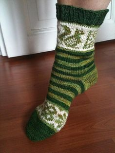 I like the squirrel! Knit Socks, Knitting Socks, Hand Knitting, Stitch Patterns, Knitting Patterns, Mittens Pattern, Knitting Machine, Squirrels, Pattern Books