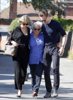 Taylor meeting Tom's  mother in England