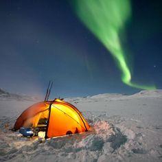 Lumières d'un autre monde   Le Nouveau-Québec, appelé également Nunavik, couvre le nord de la province du Québec au Canada. Les espaces infinis du Nunavik se laissent découvrir lors d'expéditions avec un guide, entre banquises et troupeaux de caribous.  Les aurores boréales sont un phénomène quotidien du Nunavik. Ses fascinantes lumières vertes sont provoquées par l'interaction entre les particules chargées du vent solaire et la haute atmosphère.