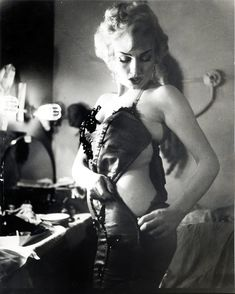 Look at how comfortable Marilyn Monroe is in her own skin, she's normal, not paper thin and amazingly gorgeous!: Old Hollywood glamour
