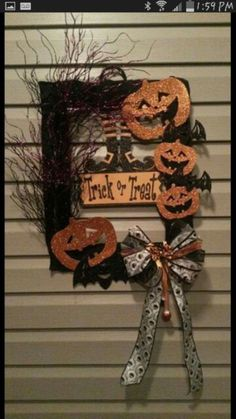 halloween wreaths Fall may be a grim season for some people. Once again, it's almost time to get ready for Halloween. Halloween is a scary festival that is connected with black and orange. You don't need to spend a lot of money to decorate your home. Dollar Tree Halloween, Halloween Frames, Dollar Tree Crafts, Halloween Projects, Diy Halloween Decorations, Halloween Design, Holidays Halloween, Halloween Diy, Halloween Wreaths