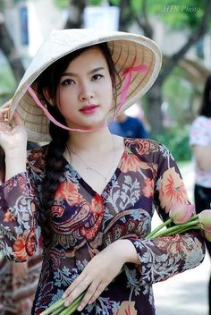 Ways To Use Rose Water? There has been quite an upsurge in people trying to find natural and less processed ingredients for their skincare Vietnamese Traditional Dress, Vietnamese Dress, Traditional Dresses, Most Beautiful Faces, Beautiful Asian Women, Beautiful People, Exotic Women, Best Rose Water, Beautiful Vietnam
