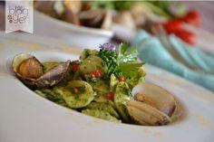 Orecchiette con vongole e crema di cime di rapa, con curry e datterini a crudo, per un primo piatto saporito e sfizioso a base di pesce e pasta artigianale.