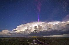 Rayo color púrpura ilumina el cielo de Australia