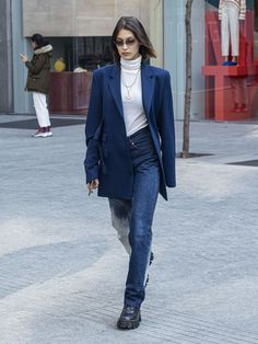 Bella Hadid - Arriving to Max Mara Headquarters in Milan Bella Hadid Style, Outfits and Clothes. Bella Hadid Outfits, Bella Hadid Style, Trendy Outfits, Cool Outfits, Fashion Bella, Look Street Style, Models Off Duty, Nice Dresses, Personal Style