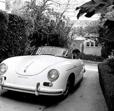 James Dean and his Porsche speedster. James Dean and his Porsche speedster. Notice the Porsche has no rear view mirrors, Dean had to look backwards when driving in reverse. Porsche 356 Speedster, Porsche 550, Porsche Cars, Black Porsche, Porsche Carrera, Ferdinand Porsche, Cars Vintage, Vintage Porsche, Retro Cars