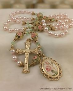 Cute Jewelry, Jewelry Crafts, Beaded Jewelry, Jewellery, Rosary Bead Tattoo, Rosary Beads, Holy Rosary, Rosary Catholic, Religious Icons