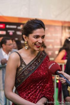 Image shared by deepika padukone FC. Find images and videos about bollywood, dimples and deepika padukone on We Heart It - the app to get lost in what you love. Saree Hairstyles, Indian Hairstyles, Indian Wedding Outfits, Indian Outfits, Indian Beauty Saree, Indian Sarees, Deepika Padukone Saree, Sonakshi Sinha, Deepika In Saree
