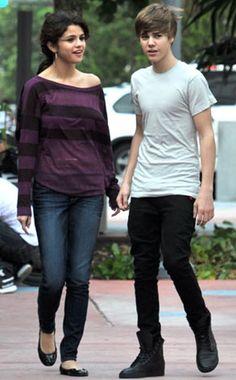Selena Gomez T-Shirt - Selena is out with Justin Bieber in an off the shoulder striped tee. Selena Gomez T Shirt, Estilo Selena Gomez, Selena Gomez Outfits, Selena Gomez Photos, Justin Bieber Selena Gomez, Justin Bieber And Selena, Justin Bieber Pictures, Justin Bieber Outfits, Girl Fashion Style