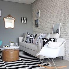 """Sala de estar com tons super neutros. Abuso do preto, branco e cinza, que traduzem um estilo """"sério descolado"""". Gostam de ambientes assim? Eu adoro! . {Projeto: Priscilla Datillio Arquitetura}"""
