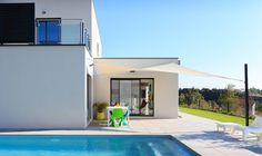 Voiles d'ombrage Australe 340 : des voiles d'ombrage ajourées filtrant 97% des UV et résistantes aux vents forts. Vent Fort, Wall Fixtures, Visual Comfort, Facade, Sailing, Pergola, Shades, Mansions, House Styles