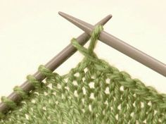 Si te gusta el punto no te puedes perder este post en el que hemos recopilado las 4 formas más básicas de tejer: punto santa clara, punto jersey, punto arroz y punto elástico.