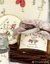 Adorable wedding favor- honey jars :Mr. and Mrs. to Bee""
