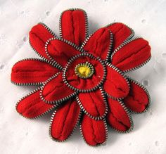 Etsy の Red Zinnia Zipper Pin & Hair Clip by CreatedbyLee