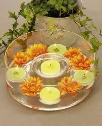 Centros de mesa con velas flotantes y flores