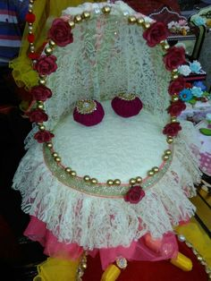 Kanah g bed Diy Arts And Crafts, Craft Stick Crafts, Engagement Gift Baskets, Janmashtami Decoration, Housewarming Decorations, Ladoo Gopal, Diwali Diy, Gift Wraping, Flower Rangoli