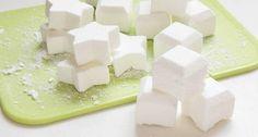 Heb je ooit zelf zeep gemaakt? Wij nog niet. Maar toen we dit recept voor zelf zeep maken tegenkwamen, waren we direct om. Het maken van deze bad zeepjes is simpel en het resultaat echt boven verwachting! Bekijk het op fitgirl,nl