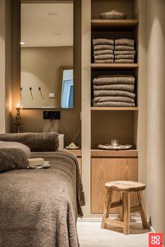 Massage Room Design, Massage Room Decor, Spa Room Decor, Home Spa Room, Spa Rooms, Clinic Interior Design, Studio Interior, Ideas De Cabina, Esthetics Room