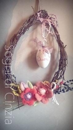 ghirlanda di Pasqua in vite americana, uovo in ceramica dipinto a mano e fiori in feltro fatti a mano.