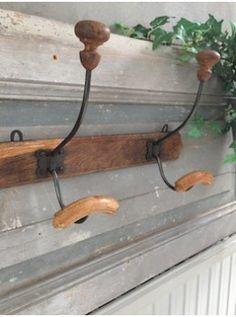Cette patère ancienne a la belle couleur du bois ciré et du métal patiné ! Elle se fera accueillante dans l'entrée ou dans la salle de bains pour recevoir manteaux, chapeaux ou peignoirs .... ou tout autre chose .... L. 40 cm   l. 13 cm   H. 24 cm