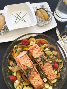 Ofengemüse mit Lachs Oven vegetables with salmon – white & black 10 refined salmon recipesMediterranean oven vegetable saladMediterranean oven vegetable salad Oven Vegetables, Grilled Vegetables, Roast Recipes, Dinner Recipes, Arroz Frito, Healthy Snacks, Healthy Recipes, Detox Salad, Feta