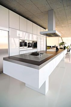 Minimalism is the Key to Yielding a Modern Kitchen - luxury kitchen Hidden Kitchen, New Kitchen, Kitchen Ideas, Long Kitchen, Awesome Kitchen, Modern Kitchen Design, Interior Design Kitchen, Cuisines Design, Kitchen Countertops