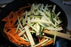 Cukkinis csirkemell sárgarépával, tejszínnel - Kemény Tojás receptek képekkel Green Beans, Carrots, Vegetables, Tableware, Kitchen, Food, Dinnerware, Cooking, Tablewares