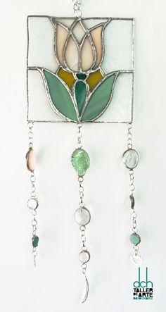 ANA VILLARREAL realizó este Suncatcher de vidrios opalescentes, traslúcidos, texturizados y gemas con la técnica de Tiffany-Copper foil en acabado natural. Creado en DCH Taller de Arte David Chávez.