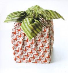 Furoshiki is a type of wrapping cloth that has traditionally been used in Japan to wrap clothes whilst bathing in public baths. Throughout history, these cloths have also been used as an a… Japanese Bag, Japanese Fabric, Homemade Gifts, Diy Gifts, Environmentally Friendly Gifts, Furoshiki Wrapping, Japanese Wrapping, Plastic Free July, New Year's Crafts