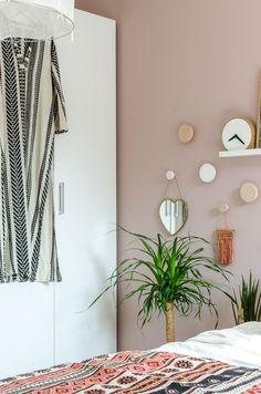 Met de kleur Light Peach Blossom van Little Greene gaf ik de slaapkamer een make-over. Wat vind jij van een roze muur in de slaapkamer?