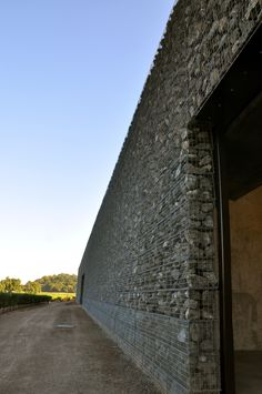herzog e de meuron - Fachada de gabião em uma vinícola, interessante o uso deste material para dar luminosidade no ambiente. Onde não pode haver entrada de ar, por trás, há vidro.