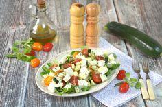 Pyszna, lekka i szybka do zrobienia sałatka z kuskusem i roszponką. Idealnie sprawdzi się jako danie obiadowe w upalny dzień lub wtedy, kiedy nie chce nam się gotować.