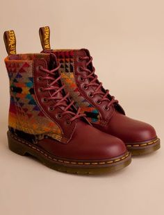 Doc Martens x pendleton.would go great with white skinny jeans and a denim top with turquoise accessories! Sock Shoes, Cute Shoes, Me Too Shoes, Shoe Boots, Shoe Bag, Dr Martens Fashion, Dr. Martens, Look Fashion, Fashion Shoes