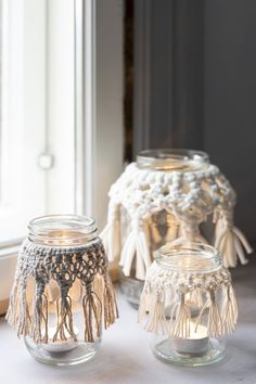 Glass jars transform into atmospheric lanterns with macrame embellishments. The same pattern is suitable for different yarns, eg Novita Strömsö, Cotton Recycled or Cotton Soft. Glass Jars With Lids, Jar Lids, Knitting Projects, Knitting Patterns, Knitting Ideas, Simple Aesthetic, Nordic Home, Easy Knitting, Knit Fashion