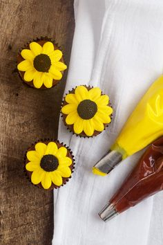 How to Make Cute Daisy Cupcakes with Video