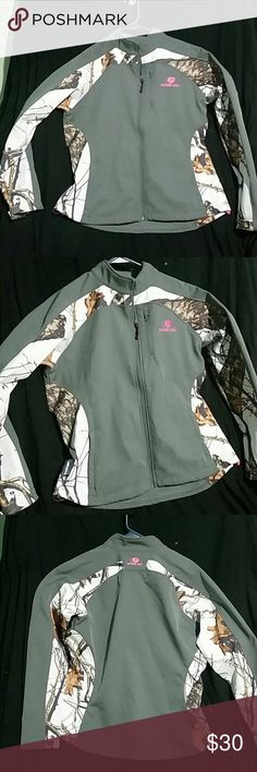 Mossy oak jacket Mossy oak jacket,womens,large,the best looking mossy oak jacket of the year,base color gray,pink mossy oak logo,on front and back,white snow back ground on arms and back,awesome looking jacket hunting or just looking good for your hunter!! Smoke free home and fast shipping,never wore . Mossy oak Jackets & Coats