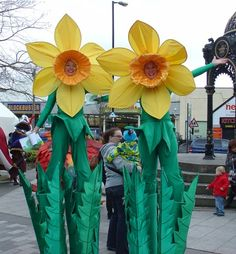 Google Image Result for http://www.stiltwalkers.co.uk/Images/Circus-Malabaristas/Flowers/Web%2520Photos/Daffodil-Stilt-Walkers-Duo.jpg