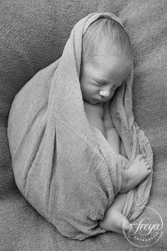 wrapped newborn baby in black and white - http://www.freyafotografie.nl/stoere-papa-en-lieve-mama/