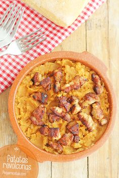 Las patatas revolconas son un plato típico de la gastronomía española que hoy se toma como tapa. Descubre cómo hacer patatas revolconas paso a paso.