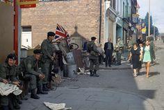 Men of the Light Infantry in Belfast, Northern Ireland around 1969 Photos of the British Army in  Northern Ireland - 1969-1979 - Flashbak
