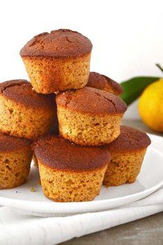 Muffins integrais de amendoas e laranja Farinha de trigo integral – 1 xíc. = 170g Farinha de aveia – 1/2 xíc. = 50g Açúcar demerara – 1/2 xíc. = 105g Amêndoas – 1/2 xíc. = 75g Suco de tangerina integral – 1 xíc. = 250ml Óleo vegetal (usei de girassol) – 1/4 xíc. = 60ml Fermento químico – 1 colher de sopa