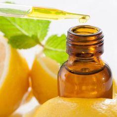 O óleo essencial de limão conta com muitos benefícios para a saúde, por isso aprenda a fazê-lo em casa e tê-lo sempre à mão! #limão #óleoessencial