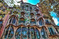 Antoni Gaudí i Cornet (1852-1926) fue un arquitecto español, máximo representante del modernismo catalán. Fue un arquitecto de volumen y geometría.  Su arquitectura se basa en la naturaleza.  El día de hoy se celebra su aniversario luctuoso.