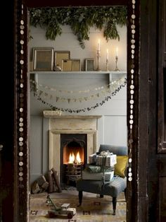 Awesome 60 Beautiful Christmas Fireplace Decor Ideas https://bellezaroom.com/2017/11/30/60-beautiful-christmas-fireplace-decor-ideas/